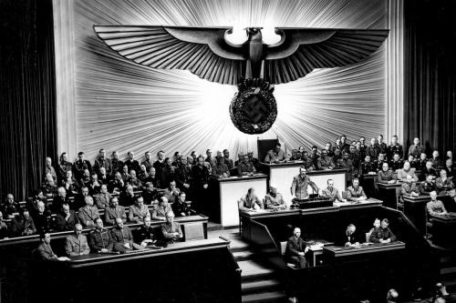 Bundesarchiv_Bild_183-1987-0703-507_Berlin_Reichstagssitzung_Rede_Adolf_Hitler